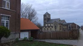Diese romanische Kirche in Sluizen markiert den Ort wo ich nach einigen Abwegen auf den vorgesehenen Wander- und Radweg stiess. Am Ortsausgang überschritt ich dann die erste Grenze: Von Flandern nach Wallonien, und plötzlich sprachen sie alle französisch! - This well preserved Romanesque church at Sluizen marked the point along my way where I rejoined the planned hiking route. In Tongeren, I had difficulty finding the trail leading away from the city centre. At the end of the town of Sluizen, I crossed the first border of the day: I went from Flanders into Walloon, an all it a sudden everyone would speak French.