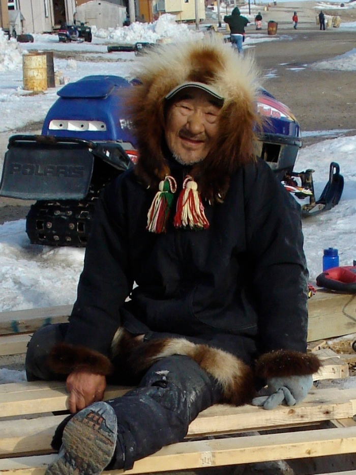 This Nestilik Inuit elder feels well despite his chronic illnesses and age because he engages meaningfully with the world around him (building a komatik for his son's hunting trips)  - Diese alte Netsilik Inuit fühlt sich wohl trotz chronischer Krankheit und Altersgebrechen weil er sich bedeutungsvoll mit der Welt um sich herum beschäftigt (Bau eines Qamutiq Schlittens für die Jagdexpeditionen seines Sohnes)