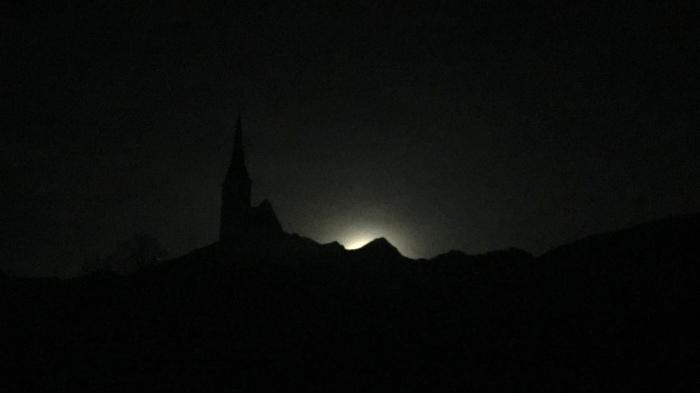 black in black - silhouette of Tenna against full moon